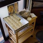 チャイナ点心工房 - 客席で餃子を包むなよ(^^)