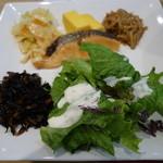 CAFETERIA 岡崎農場 - 2016.05 メインの鮭と玉子焼き以外はバイキング、ひじき、なめたけ、キャベツの煮物、サラダが盛り放題:笑