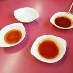 50614293 - ラー油4段階。酢のみ・酢+ラー油(少し)+醤油・酢+ラー油+醤油・ラー油(大量)+醤油(少し)+酢(少し)です!