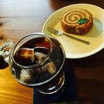 かふぇ花音 - 料理写真:コーヒーとロールケーキのセット