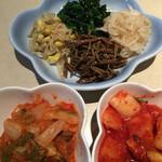 ホルモン大学 - 料理写真:ナムル、キムチ、カクテキ
