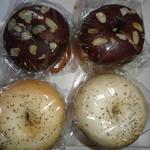 50623787 - チョコ&チョコベーグル(上)210円×2とブラックペッパー&とろけるチーズベーグル210円×2
