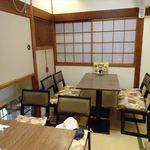浅野 - 店内は畳の上ににテーブルが