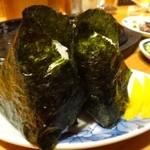 とり乃屋 - ◆おにぎり(2個:350円)・・熱々で美味しいですが、中に具材は入らず、小さな沢庵が添えてありました。 具材を入れないなら、もう少し沢庵が欲しいところ。