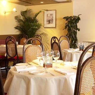 緑の中に佇む南仏リゾートを思わせるフレンチレストラン