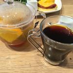 50630058 - 左:ハニーオレンジティー650円、右:100%ハワイコナコーヒー800円