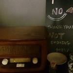 ウドンスタンド五頭 - お水とお茶はセルフサービス(オブジェのラジオが渋い。)