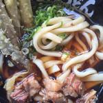 元祖肉肉うどん - 麺はこんな感じ ちと太かです。