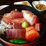 やさい畑のとんとん - 海鮮丼(¥1,080)