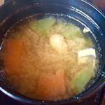 やさい畑のとんとん - 海鮮丼(¥1,080) 味噌汁にもこんにゃくたっぷり