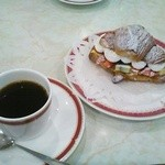 50638125 - クロワッサンフルーツサンドとコーヒーのセット