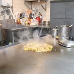 八誠 - 豚キムチ 調理中