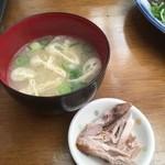 田中鮮魚店 - ライスとセットの味噌汁(&サービスの焼きカツオ)で、250円はお得~♬