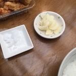 田中鮮魚店 - 塩タタキ用の塩とトッピングのニンニク