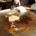 お好み焼き 鉄板焼き こひなた - とうふ焼き 調理中