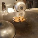 お好み焼き 鉄板焼き こひなた - イカ天のあて 調理中