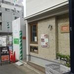 トモキッチン - お店の左脇通路奥にドア