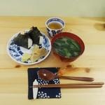 トモキッチン - 朝ごはんおにぎり&味噌汁セット500円