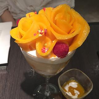 カフェ コムサ 池袋西武店 - 美しいバラパフェ