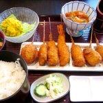 桃花源 - サービス定食 (並串8本、ご飯、みそ汁、小鉢、漬け物、サラダ) (1050円)