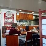 丸見食堂 - 店内いちばん手前に座っている方が、お店全体を仕切っていた