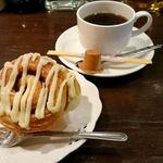 小さな街の食堂 cafe MISTY - シナモンロールとホットコーヒー