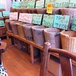 きまめ屋ビーンズ - 内観写真:豊富な種類の生豆