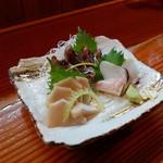 さんなんぼう - 本日のお造り(一人前)愛媛県産のハマチ、カツオのたたき。蛸はサービス