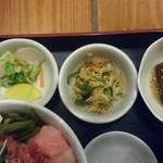 むらさ伎 - 日替わりの小鉢3つは左から漬物いろいろ、ピリ辛の切り干し大根ニンジン青葱のはりはり漬け、ゴボウと人参を炊いたん