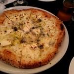 50671595 - クアトロフォルマッジオとはちみつピザ