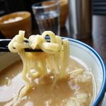 こうみ家 - ほぼストレートな平縮れ麺。濃厚なスープとのバランス重視か