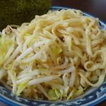 こうみ家 - 並みの麺。野菜と麺が同じ割合(春キャベツともやし)