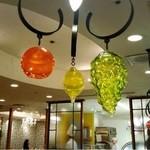 デリス・デュ・パレ - フルーツの照明が可愛らしい店内