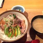 黒ぶたや ルミネ横浜店 - トンテキアボカド丼。
