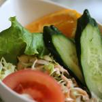 ねむの木 - オムライスに付いているサラダ