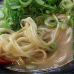 50676675 - 細麺、コクのある豚骨スープ、チャーシューは豚バラ…