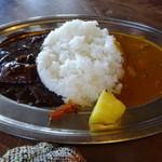 おきな堂 - ハーフ&ハーフ(1000円)カレーとハヤシ。これに、サラダとスープが付きます。