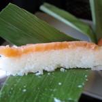 ますのすし本舗 源 - 一切れの鱒寿司