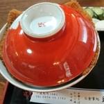 昭和 - 料理写真:口コミどおり、カツがどんぶりからはみ出てます。
