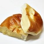 50685596 - コぺのクリームパン をカット