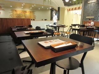 コーデュロイ カフェ KITTE博多店 - 平日の午前中なんでお店の客席にはまだ余裕がありホットコーヒーを飲みながらゆっくりされてる方も見受けられました。