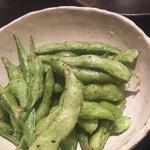 Cafe & Dining SOLA - 胡椒が決め手の大人の枝豆 胡椒が決め手ですが、なにより揚げ枝豆だったことに衝撃。