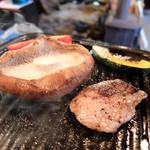 仙人小屋 - 201604 原木しいたけが巨大すぎてお肉が小さく見えるけど、普通の焼肉のカルビよりも大きなサイズ