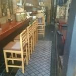 中華料理 八戒 - 店内(年季の入った居酒屋さんのようです)