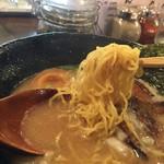 進化驀進 - 麺は細いちぢれ麺。