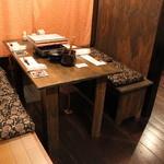 博多発祥 とり皮・もつ鍋 よのすけ - 掘りごたつ、テーブル席、カウンター席が御座います。※ご宴会出来る区切られた空間も御座いますので、お気軽にご相談ください