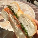 50709286 - サーモンとクリームチーズのサンドイッチ