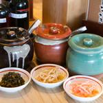 ラーメン 龍の家 - お席には、「辛子高菜」「辛もやし」 「ピンク生姜」を常備しております。