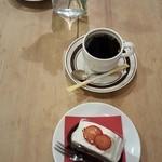 50709617 - フランボワーズとチョコのケーキ コーヒー