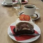 50709618 - フランボワーズとチョコのケーキ コーヒー